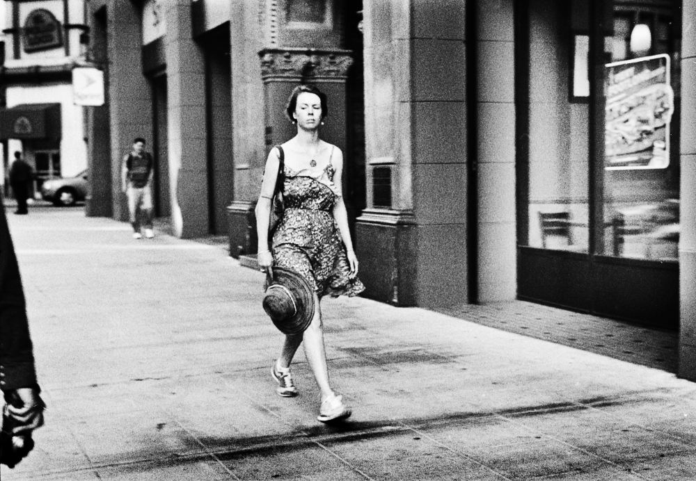 Street photography, Los Angeles Mon amour, Leica, black and white, woman with straw hat